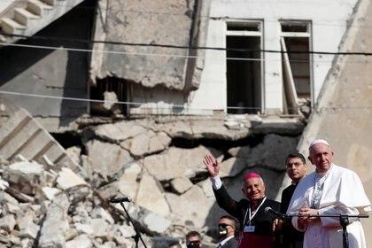 El Papa Francisco rezó por las víctimas de la guerra en 'Hosh al-Bieaa', la Plaza de la Iglesia, en el casco antiguo de Mosul, Irak, 7 de marzo de 2021. REUTERS/Yara Nardi