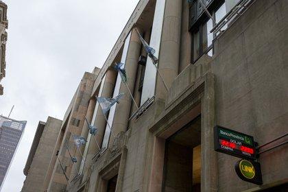 Todos los bancos de la Argentina deberán ofrecer a partir de mañana la Cuenta Gratuita Universal y el Plazo Fijo en UVA Precancelable