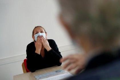 La respiración normal tiene una carga aproximada de 20 vp por minuto, mientras que al hablar se lanzan aproximadamente unas 200 vp por minuto (REUTERS)