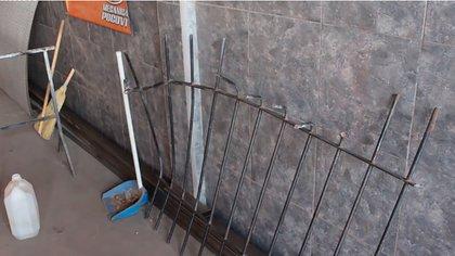 Así quedó la reja que los delincuentes derribaron para ingresar al taller y robarlo. (captura)