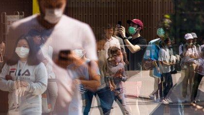 Los peatones usan cubrebocas en Bangkok, el 1 de febrero de 2020. (Amanda Mustard/The New York Times)