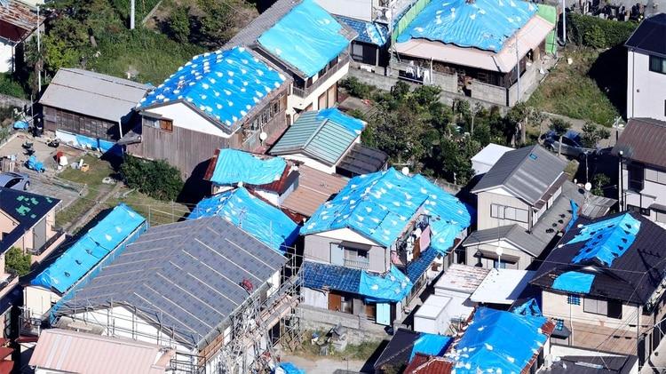 Esta foto del 9 de octubre muestra los techos cubiertos de chapa de las casas dañadas por el tifón Faxai en Kyonan, cerca de Tokio. La agencia meteorológica de Japón advierte que un poderoso tifón puede traer lluvias torrenciales al centro de Japón durante el fin de semana. (Noticias de Kyodo vía AP)