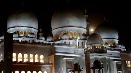Abu Dhabi. La Luna llena entró poco a poco en la penumbra y después en la sombra para encontrarse totalmente a oscuras antes de salir progresivamente de dicha zona