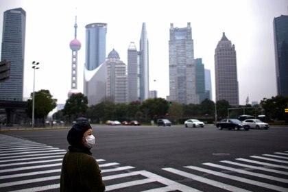 Una mujer con una máscara protectora en Shanghai, China, el 28 de febrero de 2020 (REUTERS/Aly Song)