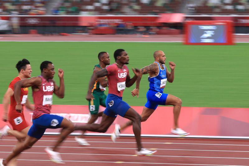 El italiano Lamont Marcell Jacobs, el estadounidense Fred Kerley, el sudafricano Akani Simbine, el estadounidense Ronnie Baker y el chini Su Bingtian durante la final de 100 metros masculina de Tokio 2020 disputada en el Estadio Olímpico de Tokio, Japón, el 1 de agosto de 2021. REUTERS/Hannah Mckay