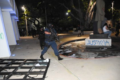 CANCÚN, QUINTANA ROO, 09NOVIEMBRE2020.- Mujeres protestaron por el feminicidio de Vianca Alejandría, las inconformes realizaron pintas en el edificio del gobierno local pero fueron agredidas por policías que salieron del lugar haciendo disparos al aire, se habla de una persona herida, varias de las manifestantes fueron detenidas.FOTO: ELIZABETH RUIZ/CUARTOSCURO.COM