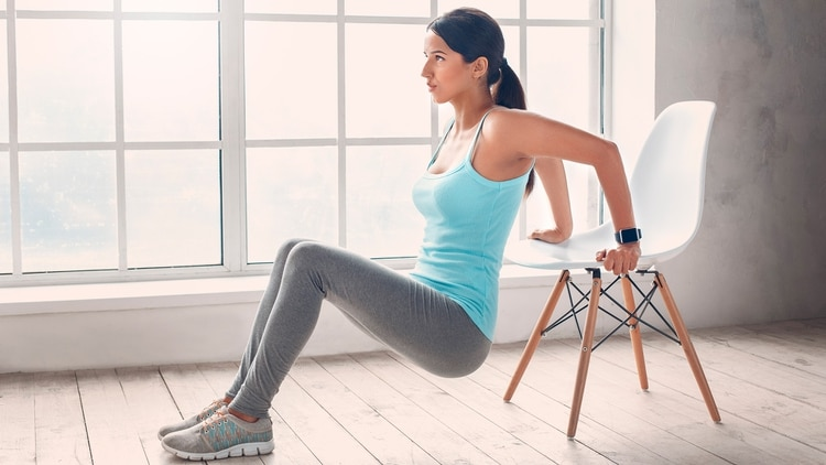 Realizar triceps con la ayuda de una silla (Shutterstock)