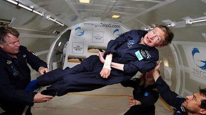 Stephen Hawking participó de un vuelo que simula la ingravidez en el espacio