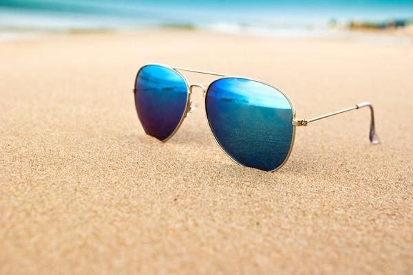 Apoyar los anteojos en la arena es uno de los errores más comunes. Llevar el estuche o la funda prolonga la calidad de la lente (Getty Images)