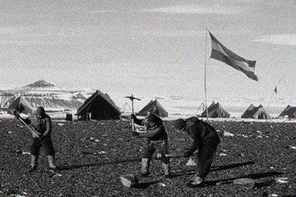 """Tres integrantes de la patrulla """"soberanía"""" con picos trabajando sobre el suelo de la Base Marambio, que se inauguró formalmente el 29 de octubre de 1969 con el aterrizaje del primer avión con ruedas"""