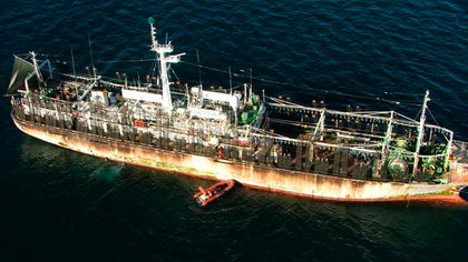 Momento en el que una dotación de inspección de PNA se apresta a efectuar un control a bordo de un buque presuntamente infractor