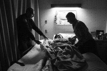 """""""Ojalá estas fotos inspiren a otras personas a salirse de una relación abusiva y liberarse antes de que sea demasiado tarde"""", deseó Hannah Kozak sobre """"He Threw The Last Punch Too Hard"""". (FotoEvidence)"""