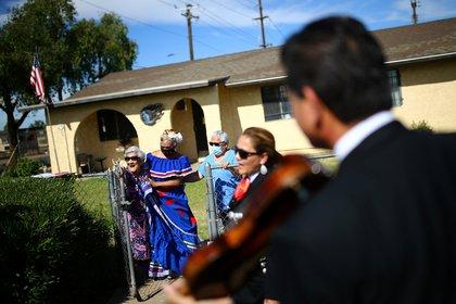 Nina Felix, de 99 años, viene a votar por Joe Biden (Foto: Reuters / Edgard Garrido)