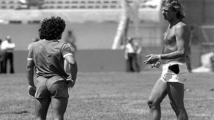 Menotti le da indicaciones a Maradona en la previa al Mundial 78. Pero la joven estrella de Argentinos Juniors quedaría fuera de los convocados al torneo donde Argentina ganó su primera Copa del Mundo.