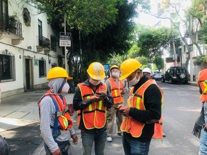 Unos obreros en la calle en Ciudad de México tras el sismo (REUTERS/Henry Romero)