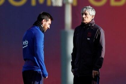 Lionel Messi junto a Quique Setién en la Ciudad Deportiva Joan Gamper de Barcelona. Foto: REUTERS/Albert Gea