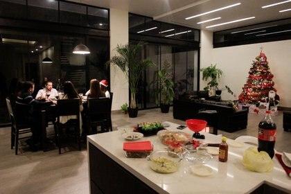 Miembros de una familia de Monterrey, Nuevo León, cenan en Nochebuena, mientras continúa el brote del coronavirus (Foto: Reuters)