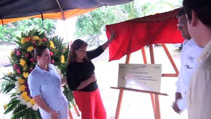 Blanca Leticia Suárez Méndez, al momento de arrojar las cenizas de su madre en San Blas