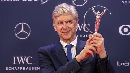 Arsène Wenger, quien trabaja en la FIFA tras sus 22 años con DT del Arsenal FC, propone cambios en las reglas del fuera de juego (AFP)