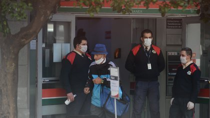 Imágenes en la entrada de los bancos en el día de hoy, después del desastre del viernes (Marcos Gomez)