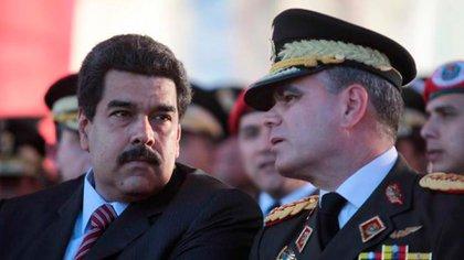 Nicolás Maduro y el ministro de Defensa Vladimir Padrino López, máximo jerarca de la Fuerza Armada y coordinador del mal llamado Cártel de los Soles (Miraflores Press)