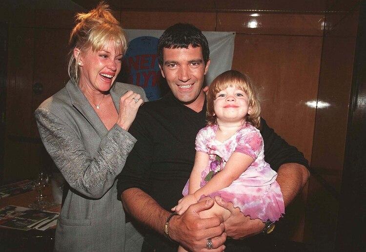 """En 1998, la pareja se muestra con su hija Stella durante un evento en el que se presentó la exitosa película """"La máscara del zorro"""", que lo tuvo a Banderas de protagonista (Alex Oliveira/Shutterstock)"""