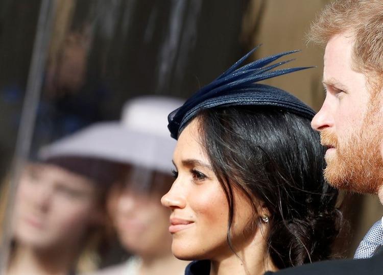 Foto de archivo. El príncipe Harry y su esposa Meghan, duquesa de Sussex, sonríen mientras esperan la procesión nupcial en la boda de la princesa Eugenia de York y Jack Brooksbank en la capilla de San Jorge, Castillo de Windsor, Gran Bretaña, 12 de octubre de 2018. Alastair Grant / Pool a través de REUTERS