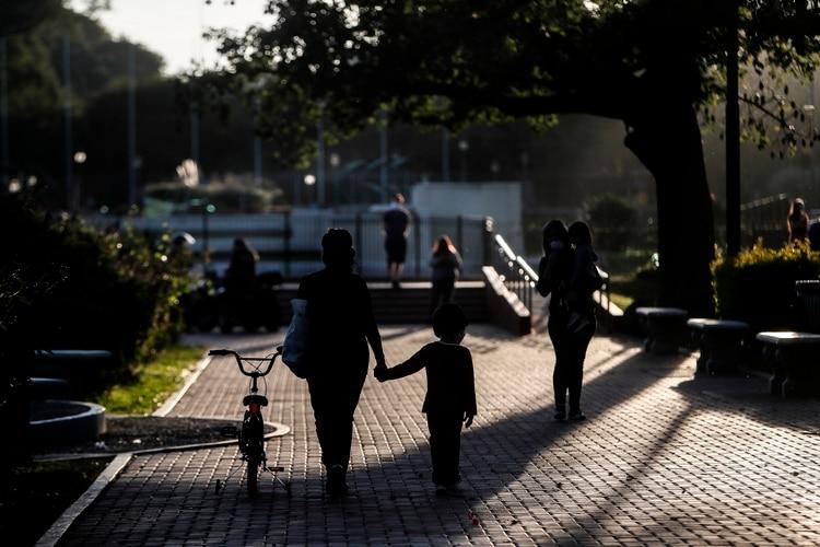 Una familia pasea por el parque durante el primer día de las salidas recreativas para menores (Foto: EFE)