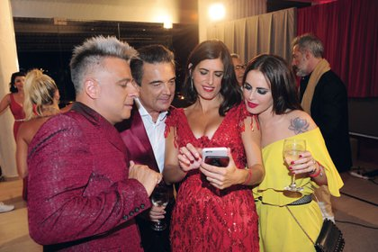 Concentradísimos, Marcelo Iripino, Nito Artaza y Silvina Luna chequean la selfie que sacó Cecilia Milone. (Foto GENTE)