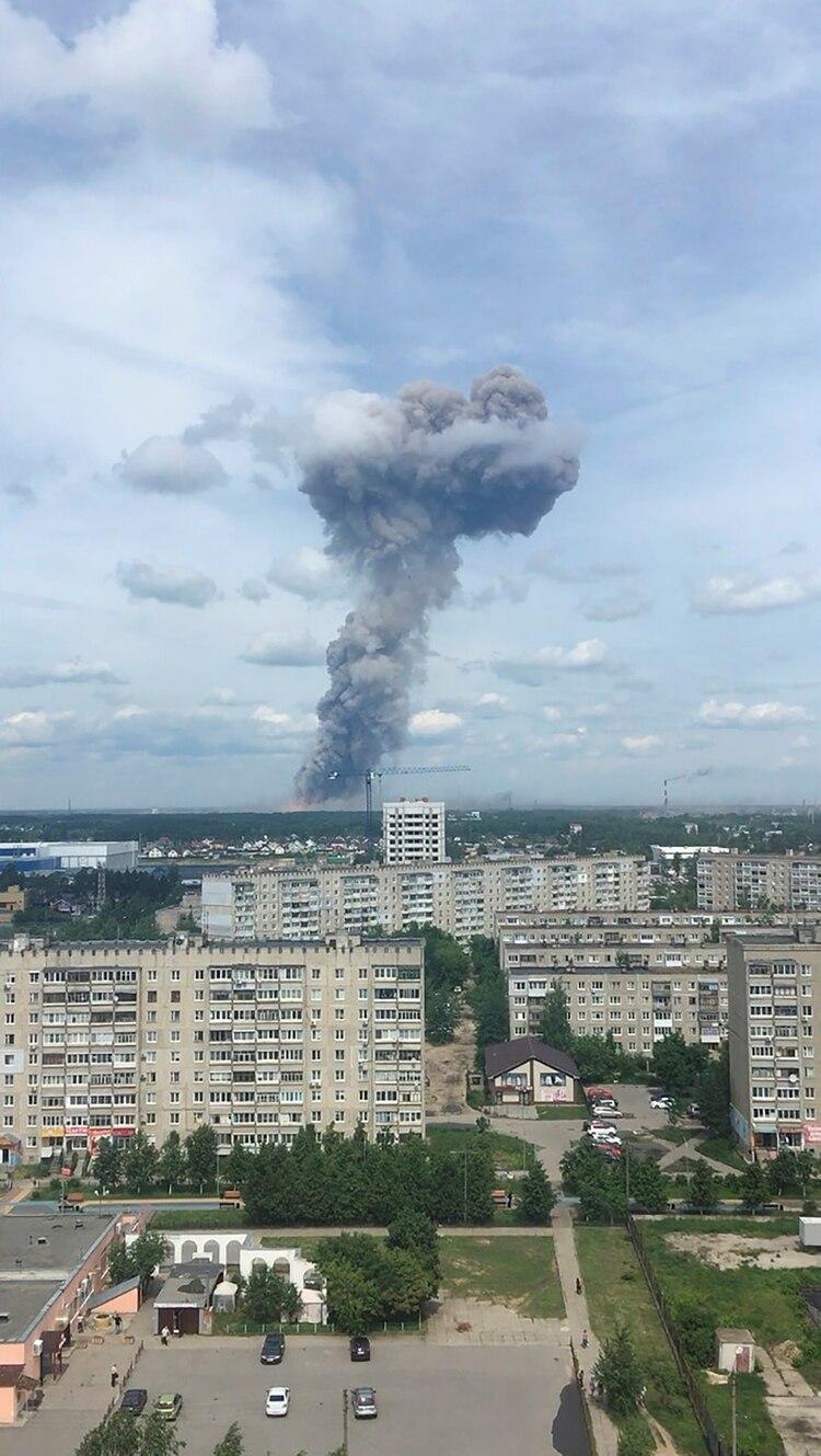 En la imagen se aprecia el humo que emana el incendio que se produjo tras las explosiones en la fábrica militar KristallenDzerzhinsk, NizhnyNovgorod (Reuters)