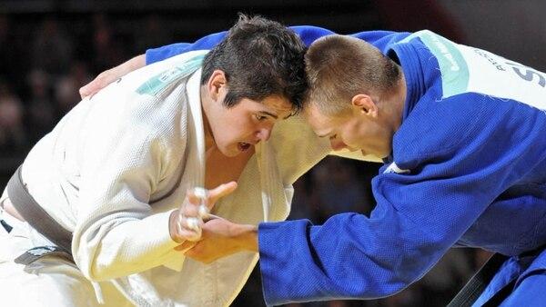Joaquín Burgos, de blanco, no pudo llegar a luchar porla medalla de bronce (Foto: @PrensaCOA)