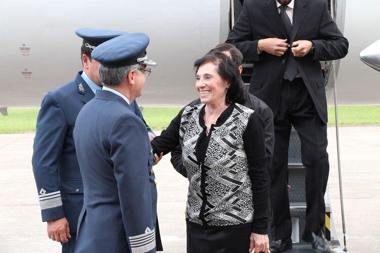 María Cristina Scavarda saludó a los oficiales de la fuerza que la esperabanpara rendir honores a su esposo