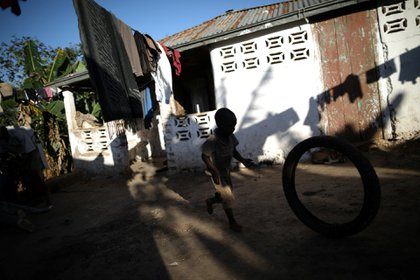 Romenson Exalus juega con un neumático en su casa en Boucan Ferdinand, Haití, 10 de abril de 2018.