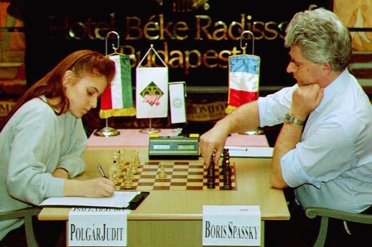 En esta foto tomada en 1993, Judit Polgar tenía 17 años y escribía su primera movida frente al campeón ruso Boris Spassky. (AFP)