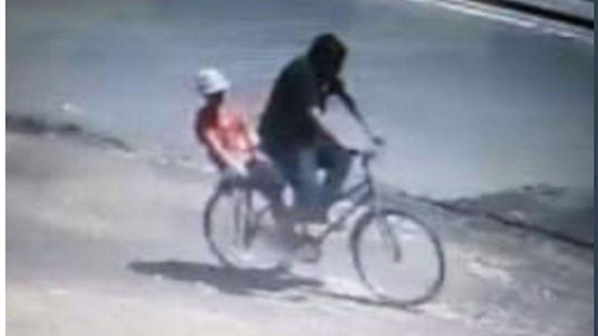 Captado por las cámaras de seguridad, el detenido se traslada en bicicleta con una de sus víctimas