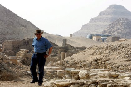 El arqueólogo Zahi Hawas, en 2008, en Sakkara, al suroeste de El Cairo EFE/Khaled El Fiqi/Archivo