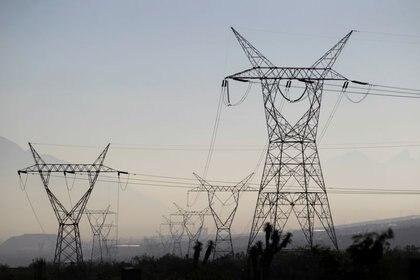 Imagen de archivo. Una vista general muestra líneas eléctricas de alta tensión propiedad de la empresa estatal de electricidad de México conocida como Comisión Federal de Electricidad, en Santa Catarina en las afueras de Monterrey México 9