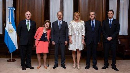 La ministra de Justicia, Marcela Losardo, con los integrantes de la Corte Suprema
