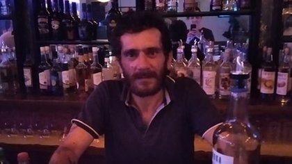 Dimitris Aspiotis, libre en un bar a pesar de haber sido sentenciado a 52 años de prisión en 2012. Fue la condena más larga dictada en un tribunal griego por violación, pero solo cumplió 9 años detrás de las rejas