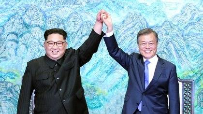"""27/04/2018 Le dirigeant nord-coréen, Kim Jong Un, et le président de la Corée du Sud, Moon Jae-in .. L'organisation Human Rights Watch (HRW) a demandé vendredi à l'Assemblée nationale sud-coréenne de ne pas approuver le projet de loi qui criminalise l'envoi de matériel, comme des brochures ou de l'argent, en Corée du Nord, en plus de violer le droit de """"participation à des activités humanitaires et activisme des droits de l'homme"""" de ses citoyens.  POLITIQUE 2018 KOREA SUMMIT PRESSE POOL / POOL"""