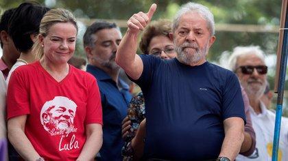 El ex presidente Lula da Silva, encarcelado por corrupción, junto con la presidenta del PT, Gleisi Hoffmann, una de las beneficiadas por la campaña irregular (EFE)