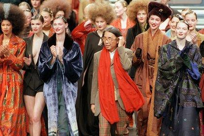 Un desfile de 1998. La inspiración oriental siempre estaba presente en cada uno de sus desfiles cuando dirigía su firma. Desde los colores, estampados y diseños  (Photo by Jo�l SAGET / AFP)