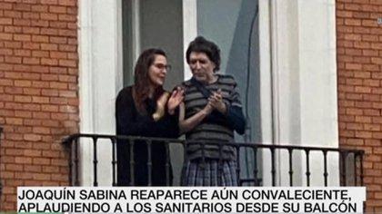 En abril, Sabina salió a uno de los balcones de su casa situada en la madrileña plaza de Tirso de Molina para aplaudir como miles de españoles a los profesionales de la salud