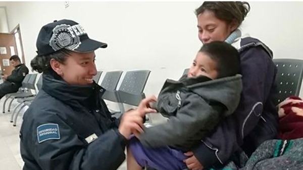 Los policías encontraron ileso a un menor que dormía en la parte trasera de una camioneta cuando varios sujetos robaron el vehículo en Puebla.