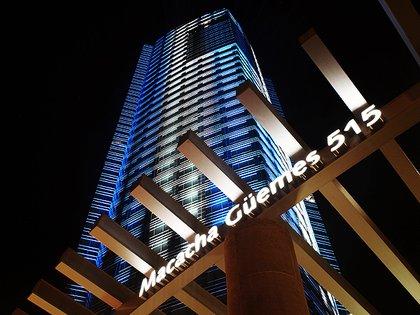 Vista del edificio iluminado con la bandera argentina