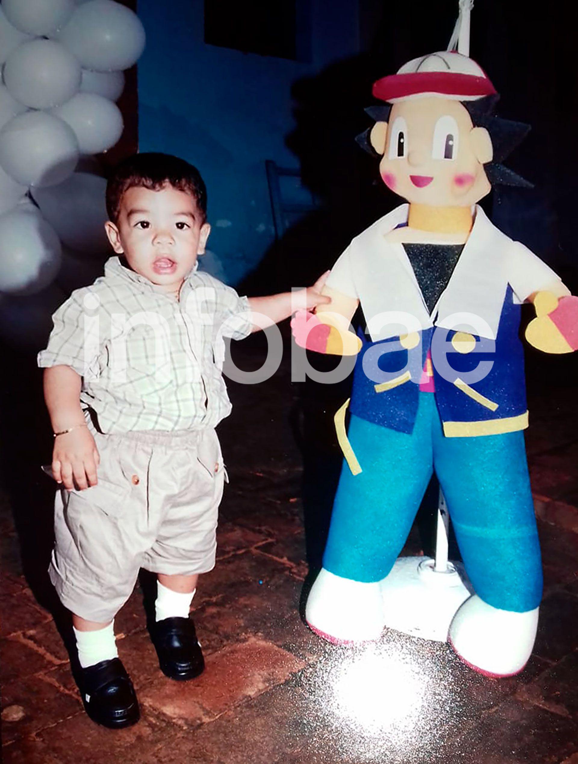 El primer año de Fernando lo festejaron en Paraguay. Aunque con los años se volvió fanático de Spiderman, en ese momento, la torta y la piñata tenían la temática de la serie Pokémon. La piñata, de Ash Ketchum (el entrenador de Pokemon), medía varios centímetros más que él
