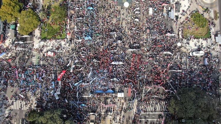 La marcha fue multitudinaria. Comenzó en la autopista 25 de Mayo y continuó en la avenida 9 de Julio