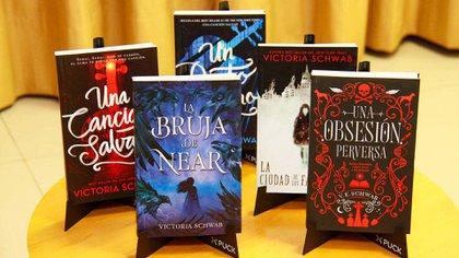 Los cinco libros que componen la exquisita colección de libros de Victoria Schwab editados en castellano por Puck. (Alejandro Fiore)