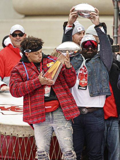 Este domingo el deporte estadounidense tuvo su noche de lujo en una nueva edición del Super Bowl, evento que enfrentó a los dos mejores de la temporada de la NFL y que consagró tras 50 años a los Chief de Kansas City que vencieron 31-20 a los 49ers de San Francisco