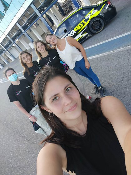 Tamara Vital en primer plano y las otras integrantes del equipo (Vitarti Girl's Team).